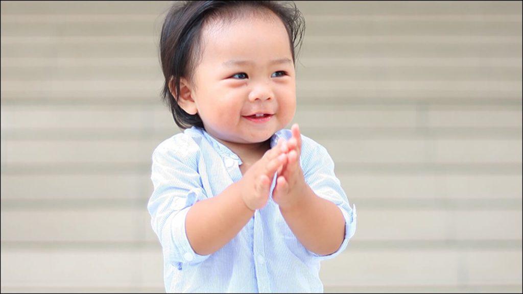イメージ。拍手するかわいらしい子供。