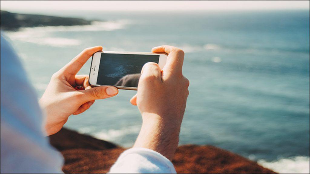 iPhoneイメージカット。海辺で写真を撮る。